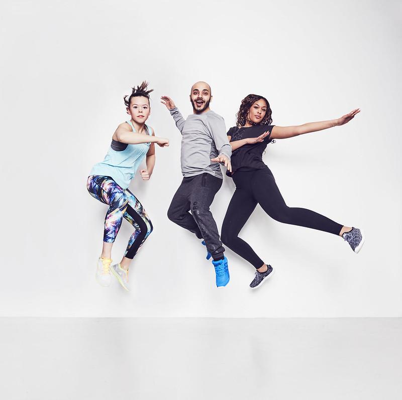 En man och två kvinnor hoppar